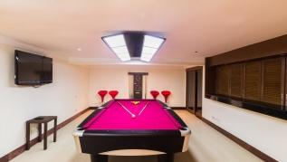 Lakewood Hills villa - 4 bedrooms with private pool, private gym and pool table near Laguna