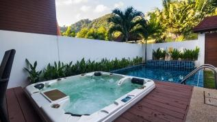 AP West 3 - Pool and jacuzzi in Kamala holiday home