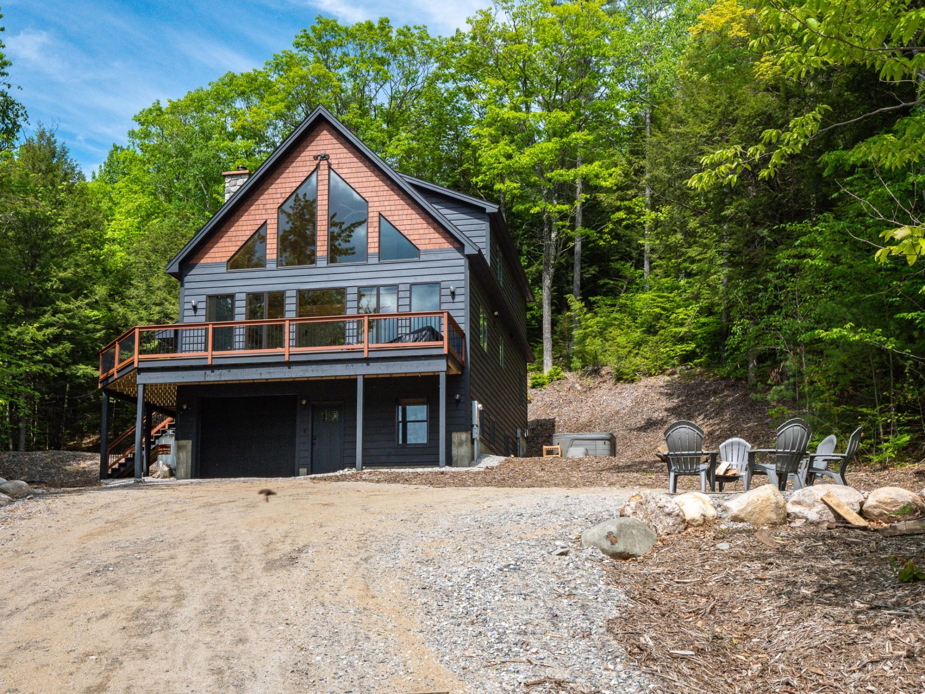 A Maine Frame- Stylish Chalet Nestled in the Trees